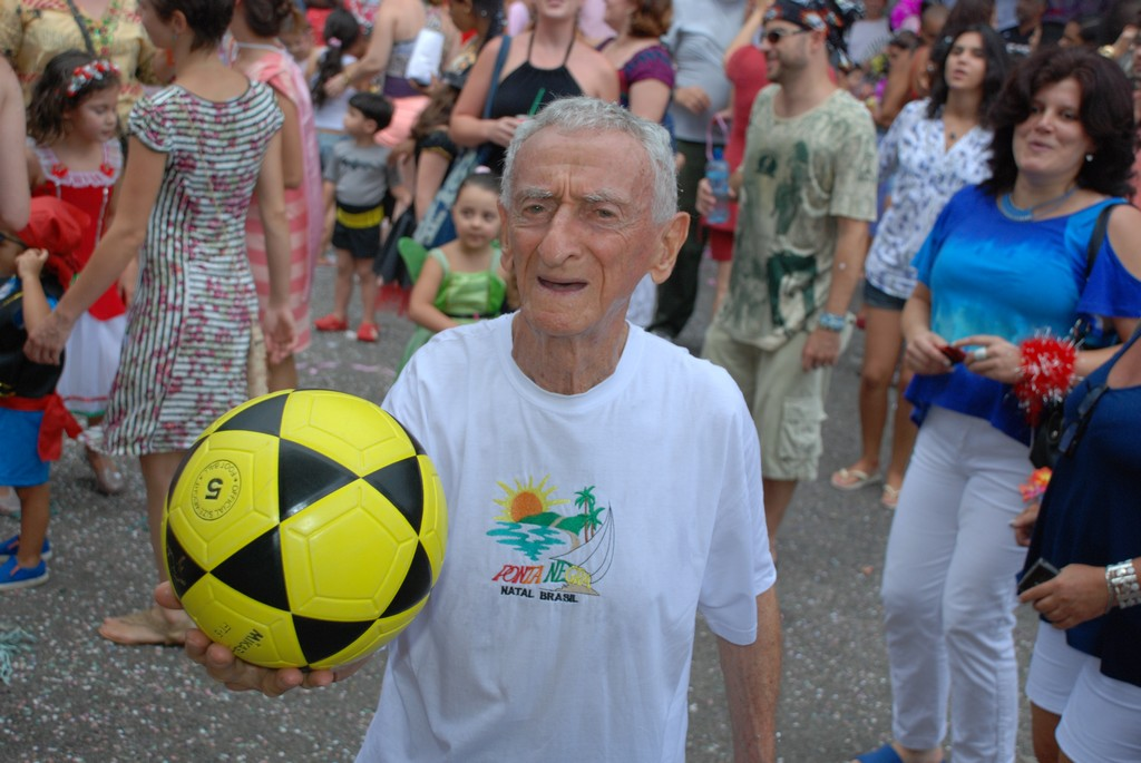 Jankel Schor, conhecido como o 'velhinho das embaixadinhas', se diverte no Tere Folia