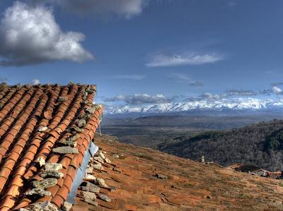 Vista parcial de la sierra desde  un tejado de Mogarraz