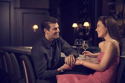كيف تكتشفين كذب وخداع الرجل  - حبيبك زوجك شريك حياتك - رجل يمسك يد امرأة فى موعد غرامى لقاء رومانسى عاطفى - romantic date