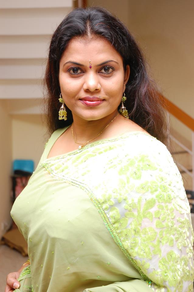 Malayalam actress and producer Minu Kurian hot photos in saree.jpg