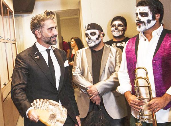 Alejandro Fernández rompe en llanto en pleno concierto en México