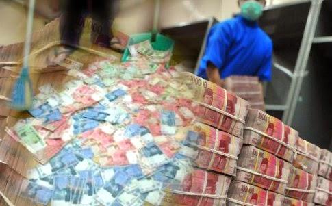 Mata uang Rupiah kini menjadi mata uang sampah. Betapa tidak, dari sekian banyak mata uang di dunia, mata uang rupiah Indonesia menempati posisi ke-4 sebagai negara dengan nilai mata uang terendah di dunia. seperti dikutip situs berita liputan6.com, hari ini.