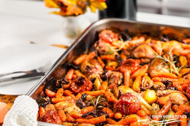 danie jednogarnkowe, eintopf z kurczakiem i warzywami, danie jednogarnkowe z kurczakiem i warzywami, danie z grzybami, kurczak z grzybami, kurczak z piekarnika, kurczak pieczony w piekarniku, udka z piekarnika, danie jesienne, kolory jesieni, kraina miodem płynąca,