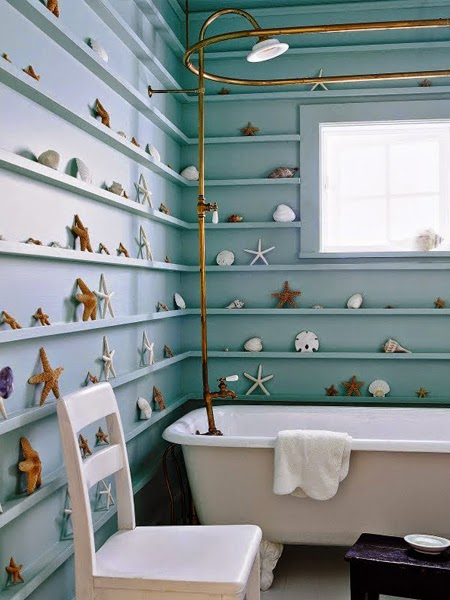 łazienka z muszelkami na ścianach w stylu marynistycznym
