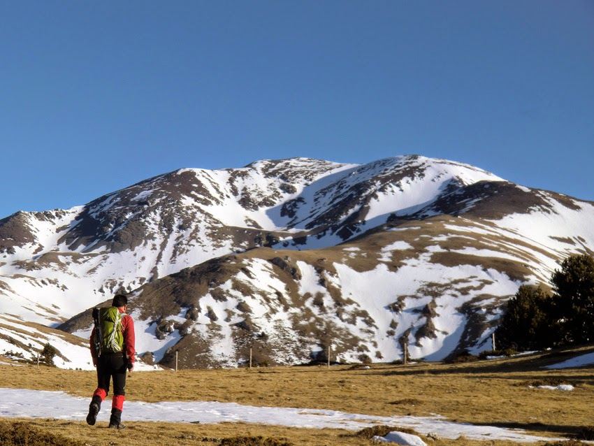 Impresionante vista del Puigmal (2.910m) desde Roc Blanc en su ascensión desde el Pla de les Barraques.