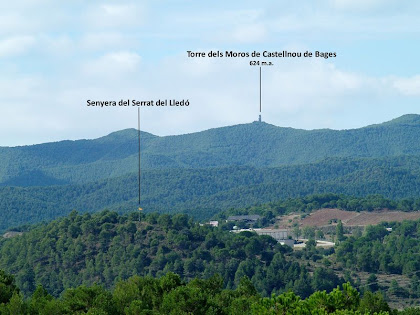 Panoràmica vers el sud-oest amb la Torre dels Moros de Castellnou de Bages i, més proper, el Serrat del Lledó