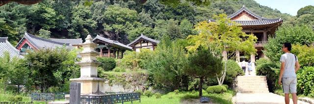 Pagoda de piedra y pabellón Beomjonggak del templo Buseoksa