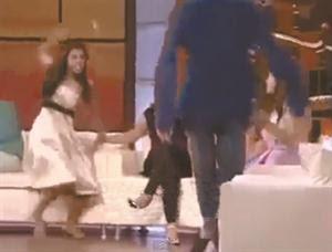 فيديو: مذيعة هندية تضرب الضيف بالجزمة