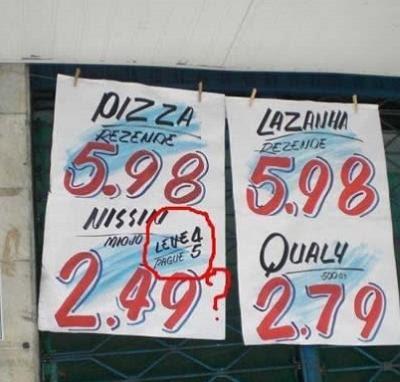Placa com anúncio duvidoso de promoção em supermercado.