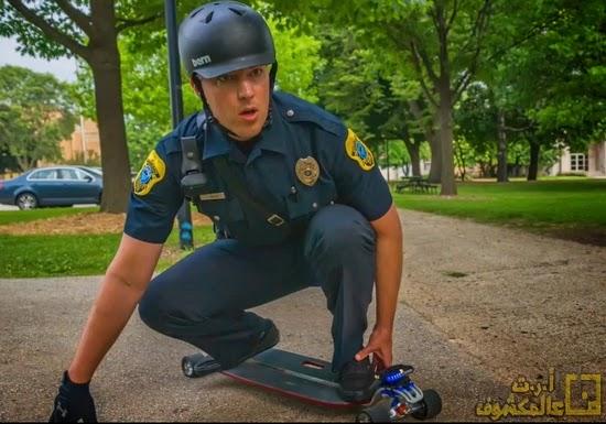 شرطي يفضل القيام بدوريات في الشوارع باسخدام skateboard