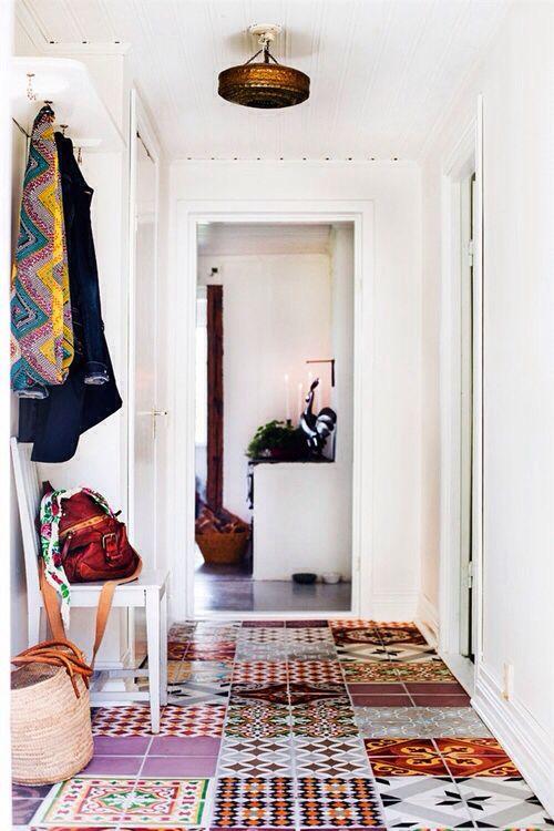 hall de entrada com piso de azulejo hidraulico