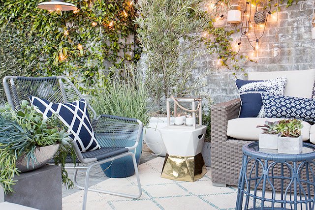 Terraza con mobiliario de exterior y textiles azules