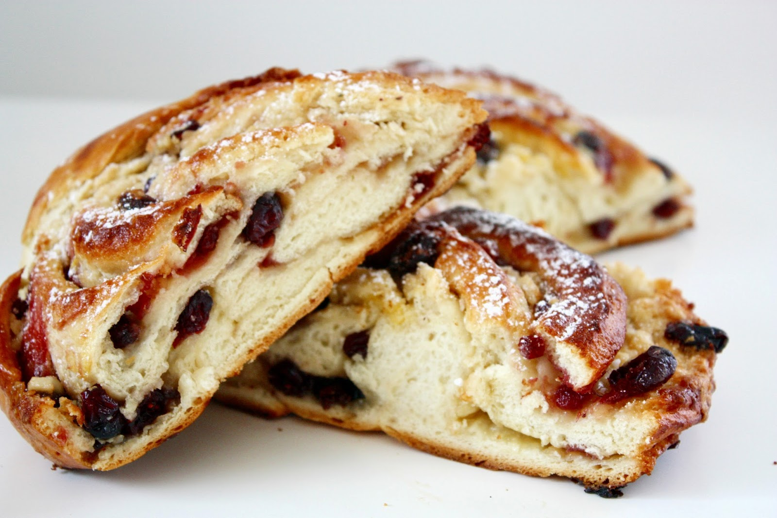 Hefezopf mit weißer Schokolade und Cranberries
