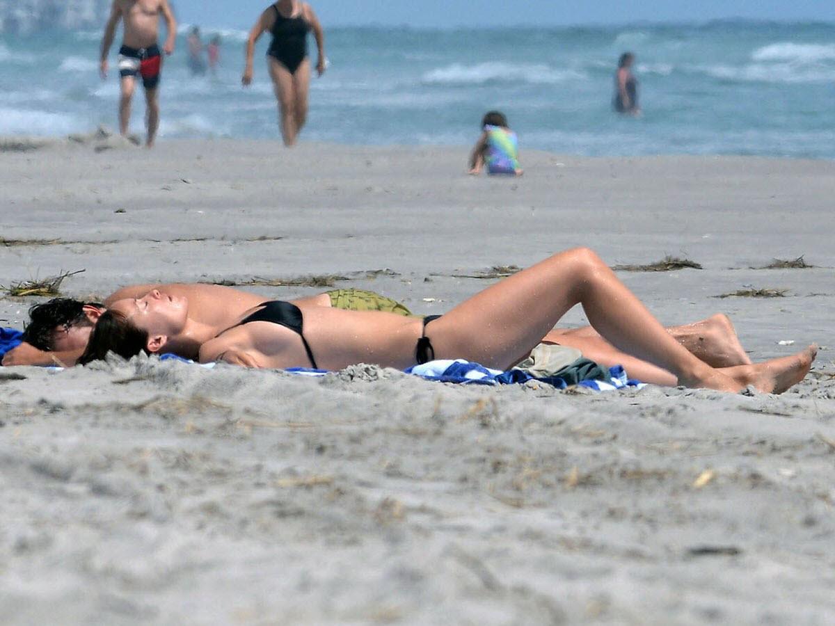 http://4.bp.blogspot.com/-0Gpo0CI-TS0/UEHH4UQa6fI/AAAAAAAAcPM/M9jx1uF2z3c/s1600/Olivia+Wilde+Bikini+Candids+in+Wilmington+-+August+2012+9.jpg