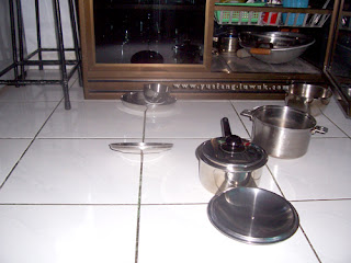 kitchen_cookware_in_mess