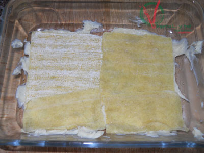 Comenzando a montar con bechamel y pasta de wonton.