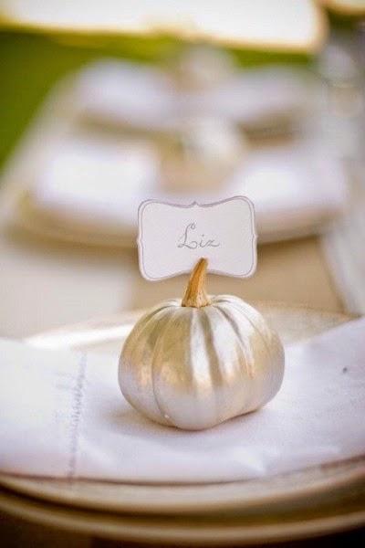 Belle photo d'inspiration pour un mariage en automne et en hiver . Décoration pour un mariage en automne , petite citrouille dorée DIY TUTO pour pote carte , décoration