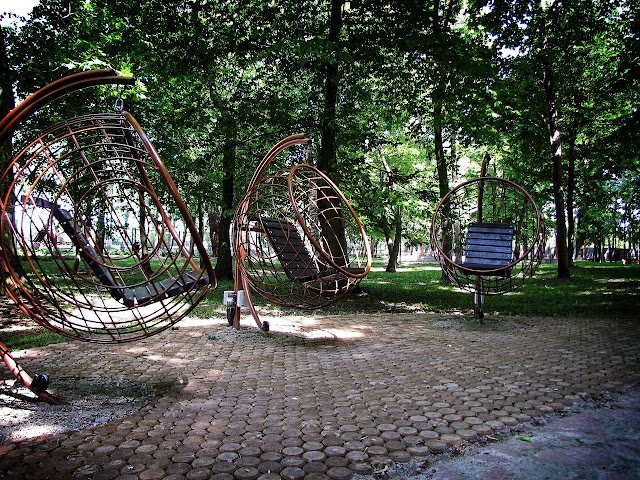 Ogród Zmysłów - stanowisko do słuchania muzyki, która płynęła z głośników umieszczonych przy podstawie bujaków