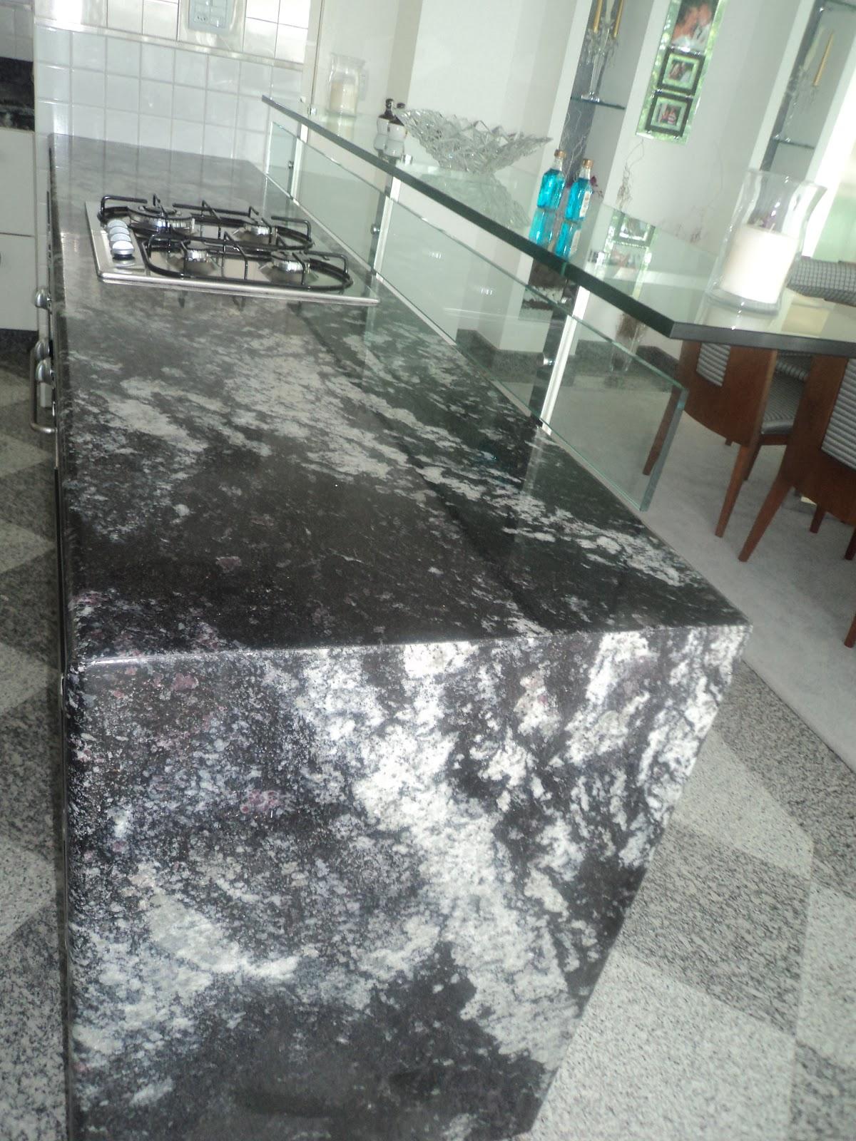 balcão de granito preto indiano com cook top e balcão americano de  #686E5D 1200x1600 Banheiro Com Granito Preto Indiano