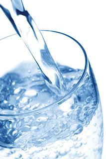 Een groot glas water
