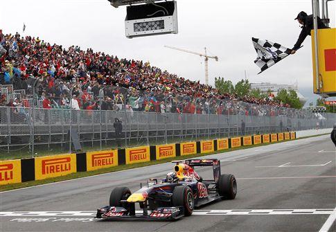 Button supera Hamilton na estratégia e comemora 200 GPs com vitória na Hungria