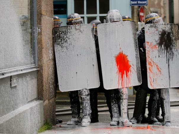 http://4.bp.blogspot.com/-0JJWPVxwla4/UwnwDYbFiVI/AAAAAAAA-pQ/klTtGNPBktQ/s1600/blog+-Nantes-manifestation+de+extreme+gauche+contre-notre-dame-des-landes_jets+contre+police-22fev2014-.jpg