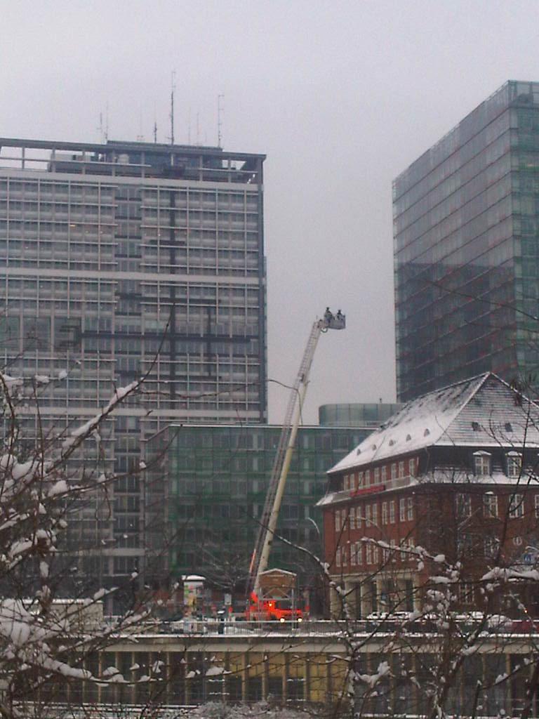 Feuerwehr Berliner Tor testet Drehleiter im Winter