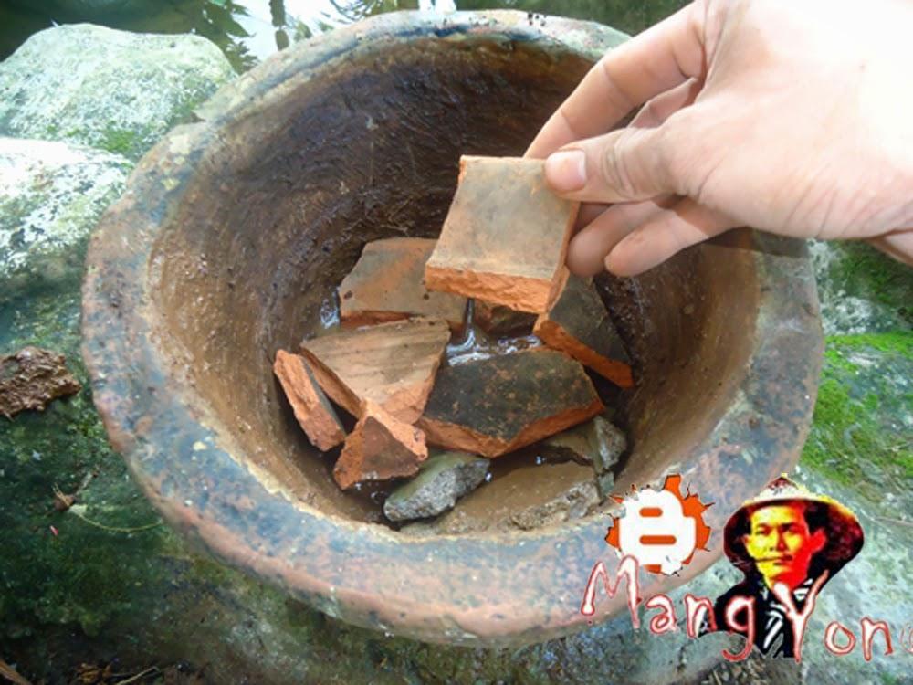 (iv).  Meletakan pecahan genting di Pot