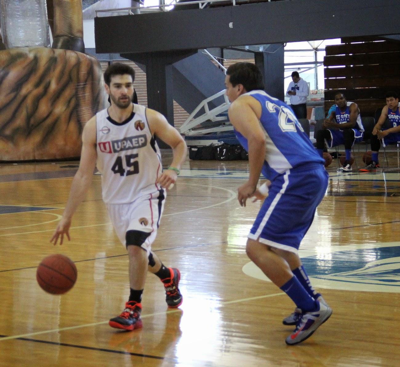 Ricardo Catalayud conduce el balón