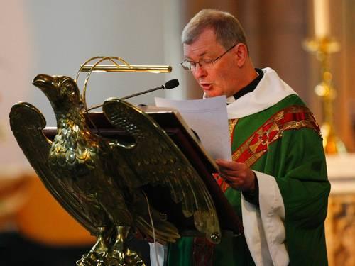 O padre Peter Harris lê para a congregação uma carta da Igreja Católica com críticas ao casamento entre pessoas do mesmo sexo (Foto: Reuters / David Moir)