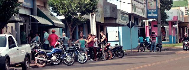 Roncador: Pessoas na rua enfrentando fila