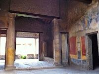 Vista  del final de atrio  (dcha.) y el perímetro del tablinum  y la habitación 8, el corredor de 10  y la habitación 7