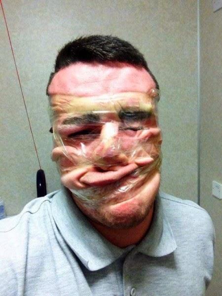 GAMBAR menunjukkan seorang lelaki yang melilit pita pelekat pada wajahnya.