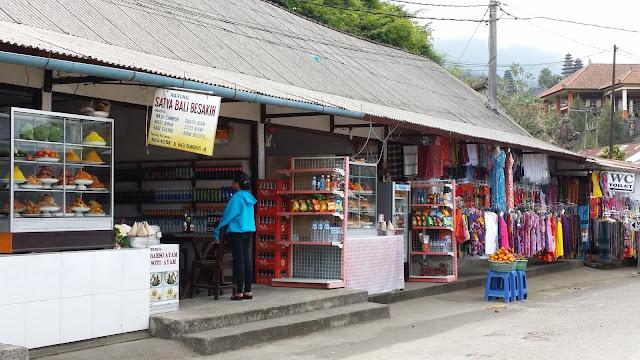 Puestos y tiendas en el acceso a Pura Besakih (Bali)