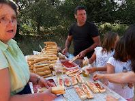 Col·laboradors preparant entrepans a Sabruneta