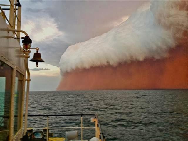 Капитан судна в Австралии снял необычное облако над океаном