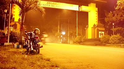 Dari Malang (12/11), aku naik motor ke Wlingi (Blitar). Sepeda diangkut seperti di gambar.
