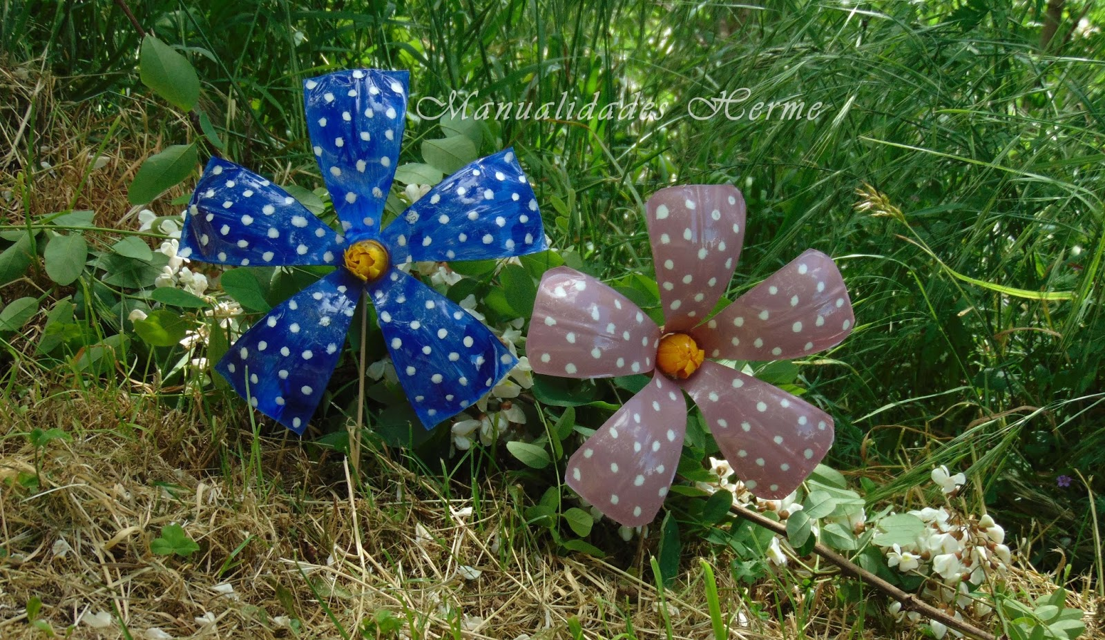 Manualidades herme como hacer flores con botellas for Adornos para jardin caseros