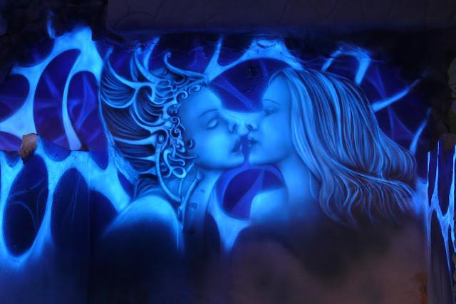 Obraz świecacy na ścianie, efekt luminescencji w malarstwie, aranżacja ściany w klubie Arctica w Płocku, black light painting