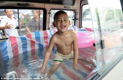 Kolam Renang di Dalam Mobil