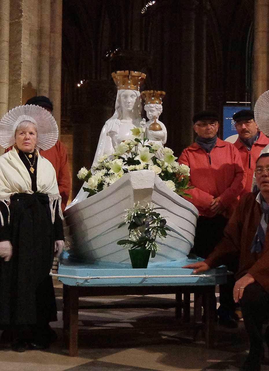 Notre Dame du Grand Retour: uma das imagens peregrinas. Os fiéis usam roupas típicas da região.