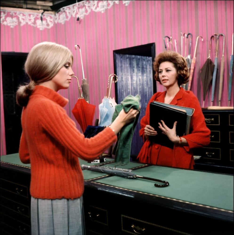 Les couleurs vives des costumes comme du décor dans les Parapluies de  Cherbourg, 1964 , source