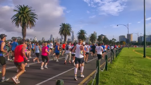 Runners snake their way down Lakeside Drive