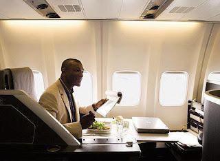 فى أحد الرحالات الجوية سيدة كانت متضايقة جداً من وجود رجل اسود بجوارها .. تخيلوا ماذا فعلت لها المضيفة !!!