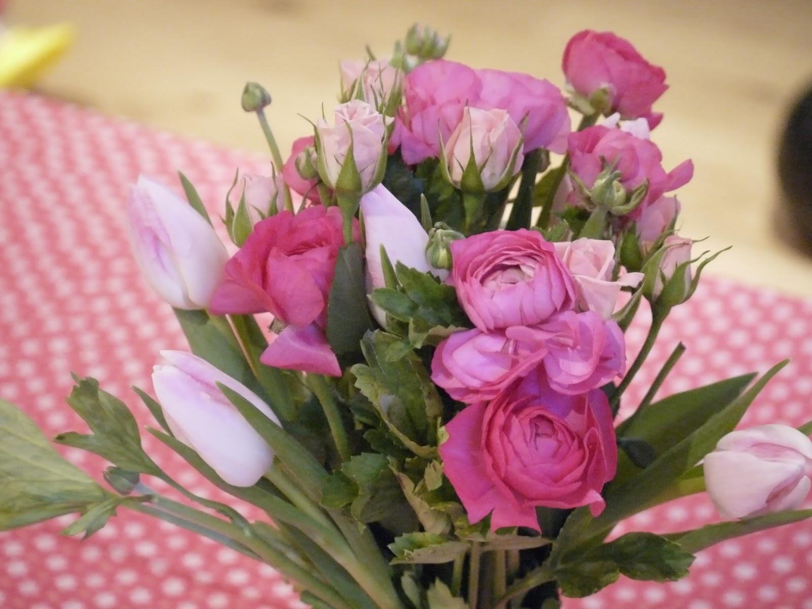 le bouquet de fleurs roses. Black Bedroom Furniture Sets. Home Design Ideas