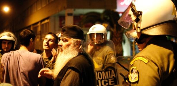 Em Atenas, na Grécia, religiosos protestam contra peça que retrata Jesus como gay (Foto: Kostas Tsironis/AP Photo)