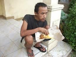 orang sedang makan nasi bungkusan