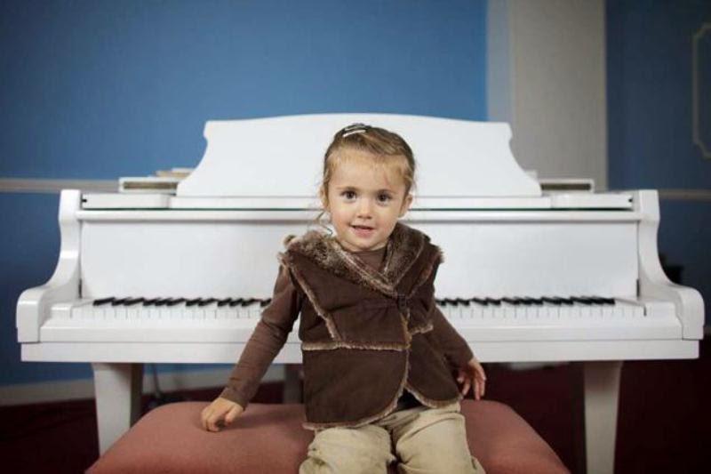 Foto anak perempuan keren bernama lavinia ramirez ahli bermain piano