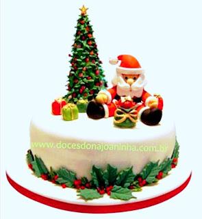 Bolo decorado Natal com Papai Noel e árvore com presentes