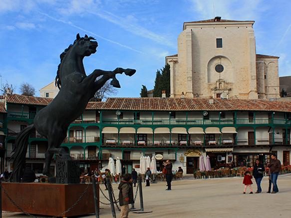 Esculturas de wenceslao jim nez visten la for Oficina turismo chinchon